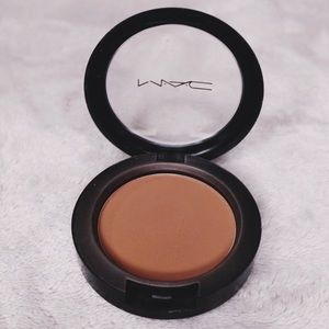 "MAC - Powder blush in ""BLUNT"""